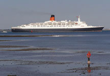800px-QE2_leaving_southampton_water - Jim Champion